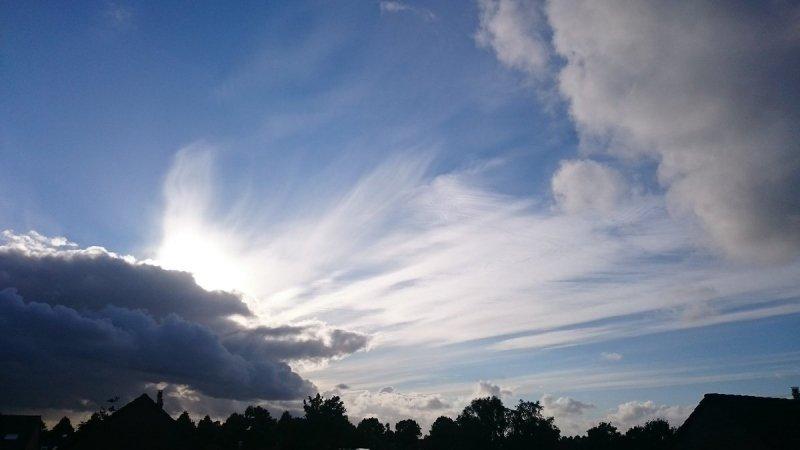 Na een meest bewolkte dag klaarde het gisteren aan het eind van de middag en avond flink op. Deze foto werd gemaakt door Henk Haveman.