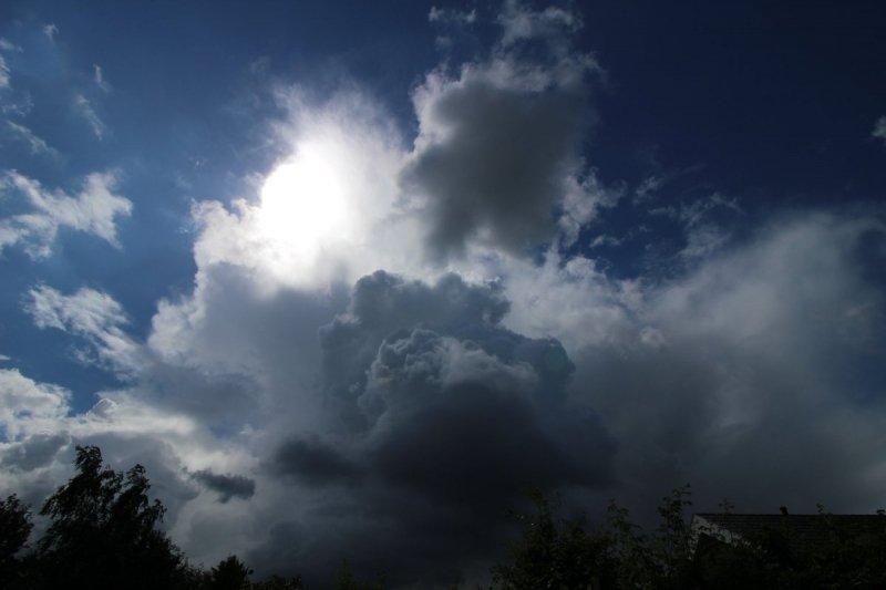 een passende onweersbui in Wolvega. Foto is van Martin Vye.