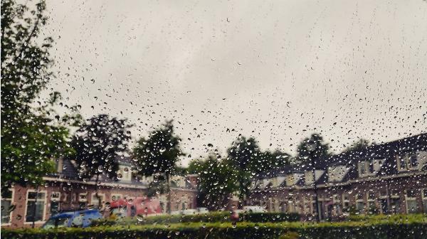 Regen, regen en nog eens regen. Er gaat geen dag voorbij zonder regen. Deze treffende foto werd gemaakt door Jeroen Bronkhorst.