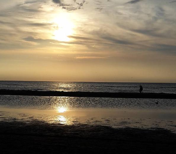 Prachtige zonsondergang aan zee. De foto werd gemaakt door Gerard Beekman.