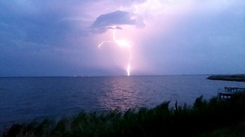 Piet Porsius maakte gisteravond deze fraaie foto van het onweer boven het midden van het land.