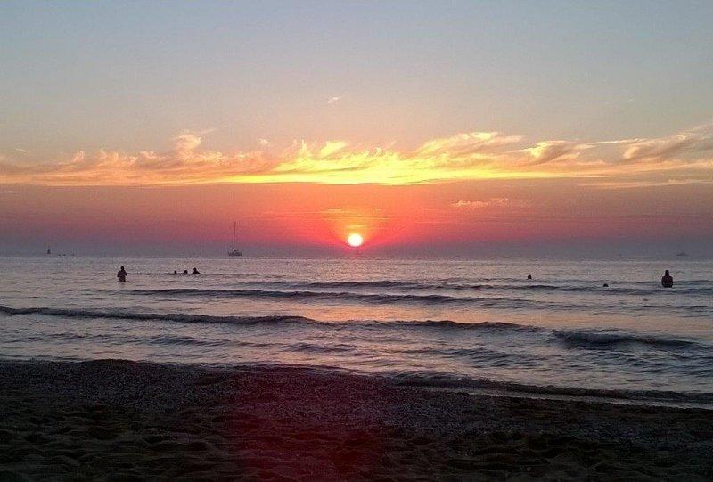 Gerda Jacobs maakte donderdagavond deze schitterende foto van de ondergaande zon. De bewolking die gisteren over het westen trok was toen al zichtbaar.