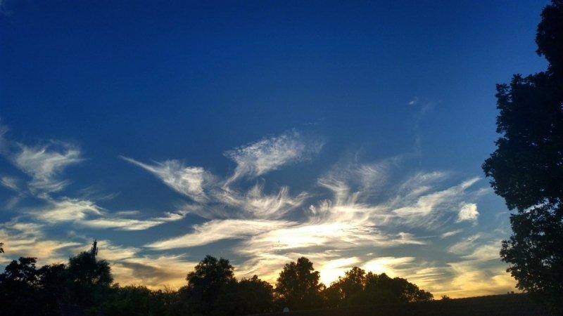 Jeroen Bronkhorst maakte gisteravond ook een mooie foto van de ondergaande zon icm met cirrus.