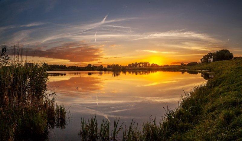 Marinus de Keijzer (@betuwefotograaf) maakte gisterochtend deze schitterende foto van de opkomende zon.