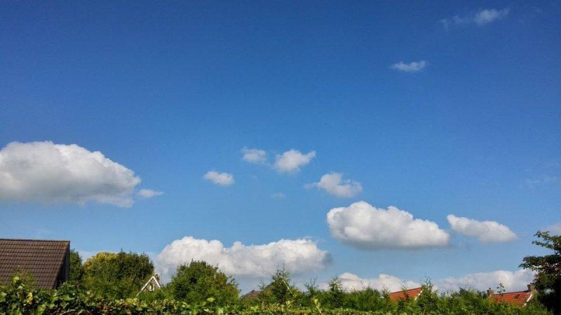 Bij de vandaag jarige Martin Vye in Wolvega (gefeliciteerd Martin) was het gisteren aanvankelijk ook bewolkt, maar uiteindelijk kwam de zon tevoorschijn.