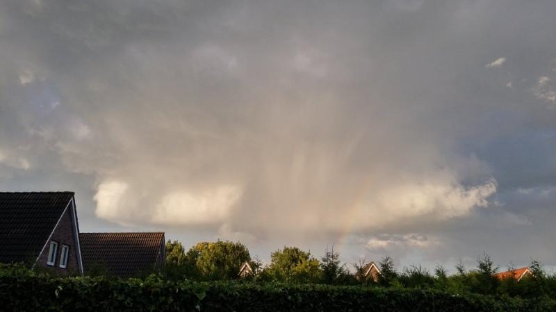 Een bui met een gebroken regenboog. De foto werd gemaakt door Martin Vye.