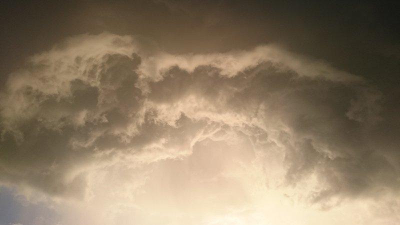 Gisteravond trok vanuit het niets, zonder neerslag maar wel met een klein actief windveld deze fraaie lucht over Oosterwolde. De prachtige foto werd gemaakt door Carel ten Hoor.