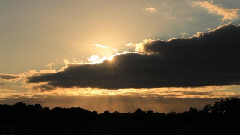 De zonsondergang was weer fraai, maar wolken speelden vanaf de Noordzee weer parten bij de zonsondergang. Foto is gemaakt door Martin Vye.