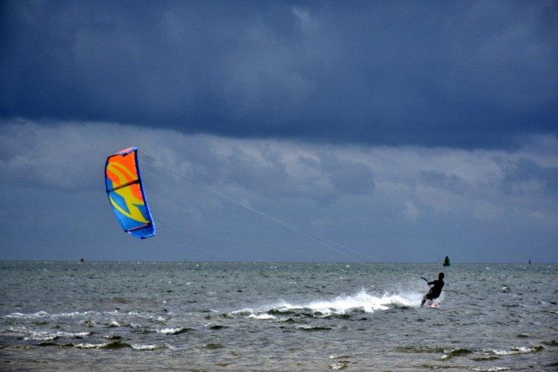 Ook Sytse Schoustra maakte een fraaie foto van kitesurfers met een donkere lucht als achtergrond.