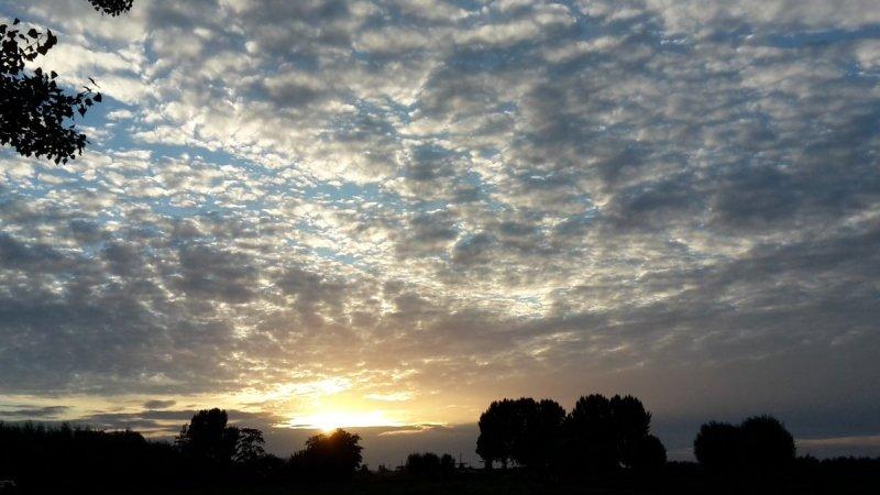 De zon ging gisteren fraai onder. De foto werd gemaakt door Johan Klos.