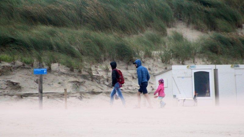 Door de stevige wind en lange tijd wolkenvelden, was het gisteren niet bepaald fraai strandweer. Foto is van Sjef Kenniphaas.