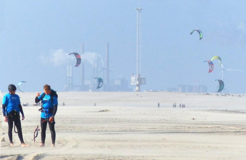 Er stond weer eens flink wat wind. Mooi weer dus voor kitesurfers. Foto werd gemaakt door Gieny van Asten.
