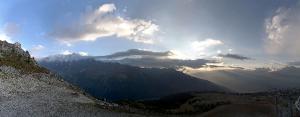 Gisteren avond verbeterde het weerbeeld snel in de westelijke Alpen. De opklaringen werden elk uur breder. Bron: webcam Peisey-Vallandry