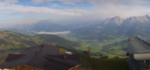 Nu al vrij zonnig in Maria Alm (Oostenrijk). Straks verdwijnen ook de nevel en andere wolkenvelden. Bron: bergfex.com