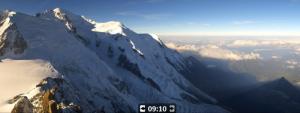 Momenteel is het nog erg zonnig aan de Mont Blanc. Straks schuiven er meer wolkenvelden binnen en kan er lokaal een bui vallen. Bron: chamonix.com