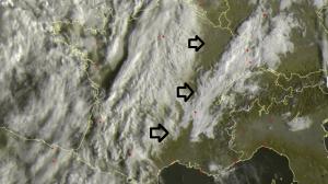 Vandaag zorgt een zwak laag boven Frankrijk voor meer hoge wolkenvelden in de westelijke Alpen. Bron: sat24