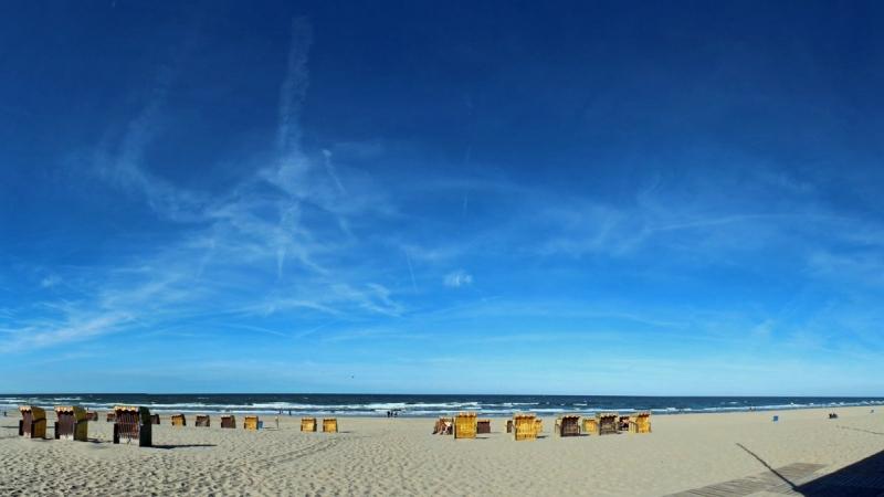 Blauwe lucht met hooguit wat sluierbewolking. De foto werd gemaakt op het strand van Egmond door Sjef Kenniphaas.