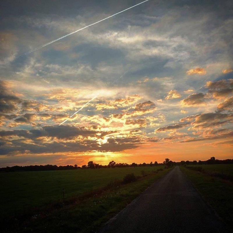De zon ging gisteren weer erg fraai onder. De foto werd gemaakt door Dennis de Bruin