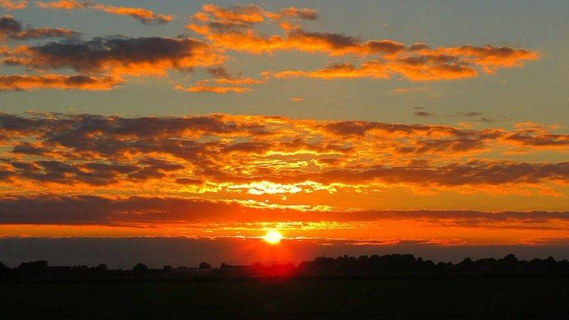 de zon ging weer fraai onder. De foto werd gemaakt door Jannes Wiersema.