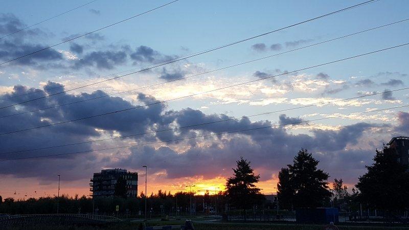 De zon ging gisteren weer fraai onder. De foto maakte ikzelf.