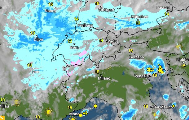 In de westelijke Alpen valt er momenteel wat lichte neerslag.