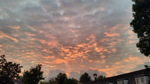 De zonsondergang was weer fraai. Jeroen Bronkhorst maakte gisteravond deze fraaie foto.