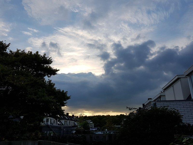 De zon ging fraai onder. Deze foto werd gemaakt door Thea Visser.