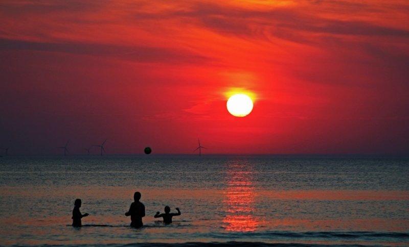 Strandweer totdat de zon onder gaat en dat half september. Foto werd gemaakt door Sjef Kenniphaas.