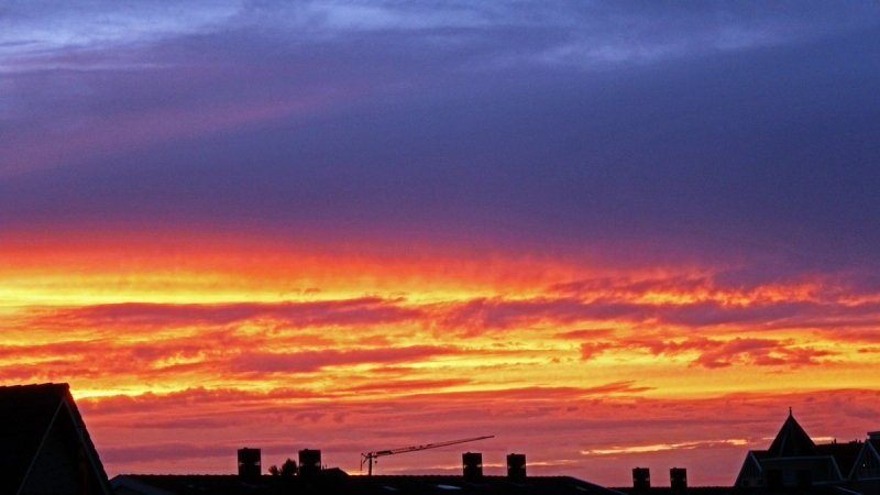 De zon ging fraai onder met alle sluierwolken. De foto werd gemaakt door Sjef Kenniphaas.