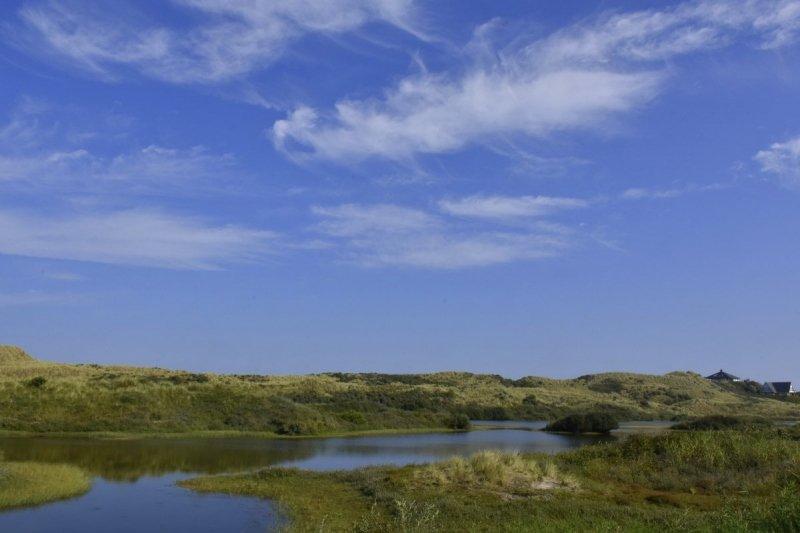 blauwe lucht met wat plukjes cirrus. De foto werd gemaakt door Sytse Schoustra.