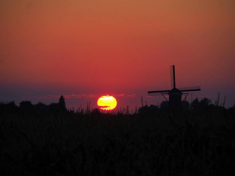 De zon ging erg fraai onder. De foto werd gemaakt door Johan de Haan.