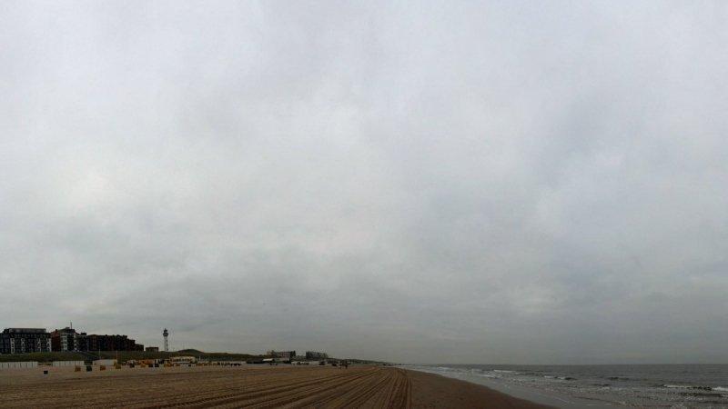 In het westen was het vrijwel de gehele dag bewolkt zoals hier aan zee. De foto werd gemaakt door Sjef Kenniphaas.