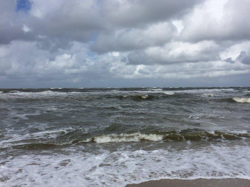Niet bepaald strandweer gisteren, maar de komende dagen ziet het er wat dat betreft stukken beter uit. De foto werd gemaakt door Simone Gerard.