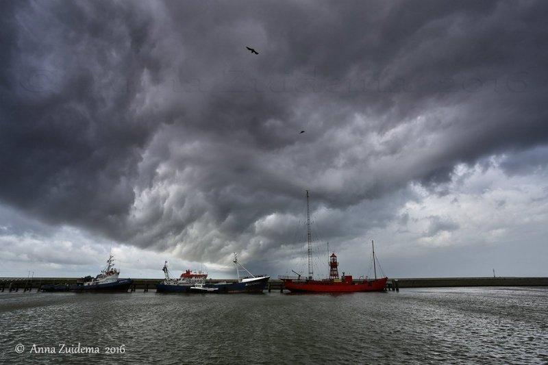 Woeste luchten gisterochtend in een nat Friesland. Deze prachtige foto werd gemaakt door Anna Zuidema.
