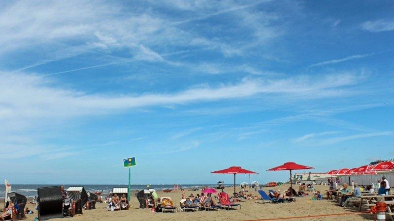 Het was gisteren nog prima strandweer met flink wat zon. Vandaag is het even wat minder, maar later komende week is het weer strandweer. De foto werd gemaakt door Sjef Kenniphaas.