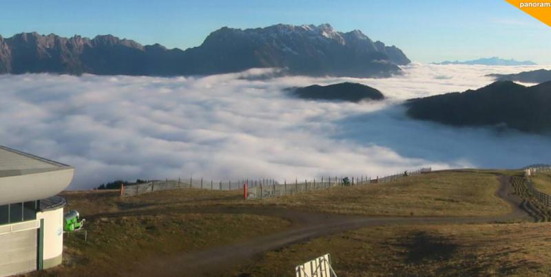 In sommige valleien start de dag vandaag met veel lage wolken. Zo ook hier in Maria Alm. Bron: bergfex.com