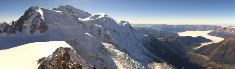 Veel mooier kan het weer niet worden. Alle toppen liggen in de zon, zo ook de Mont Blanc, hoogste berg van de Europese unie. Bron; http://panocam.skiline.cc/chamonix/aiguille-du-midi