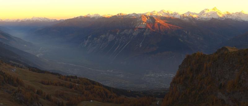 Mooi panorama in over Wallis. In de vallei zelf ontstond in de loop van gisteren avond door de hoge vochtigheid wat nevel. Bron; http://cma.roundshot.com/grandsignal/