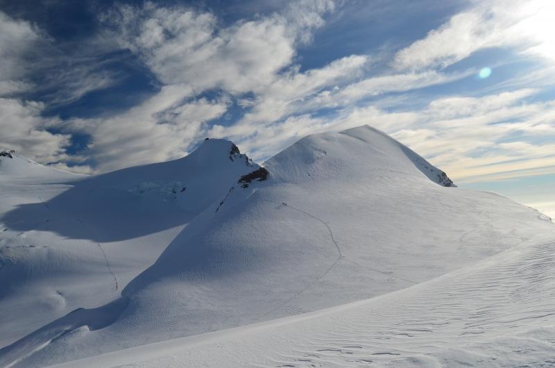 Op de voorgrond de topgraat van de Parrotspitze, daarachter de Signalkuppe met de Margheritahut.