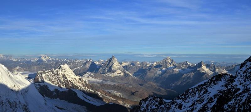 Het zicht vanaf de Zumsteinspitze is onovertroffen, met alle Walliser 4000ers binnen handbereik