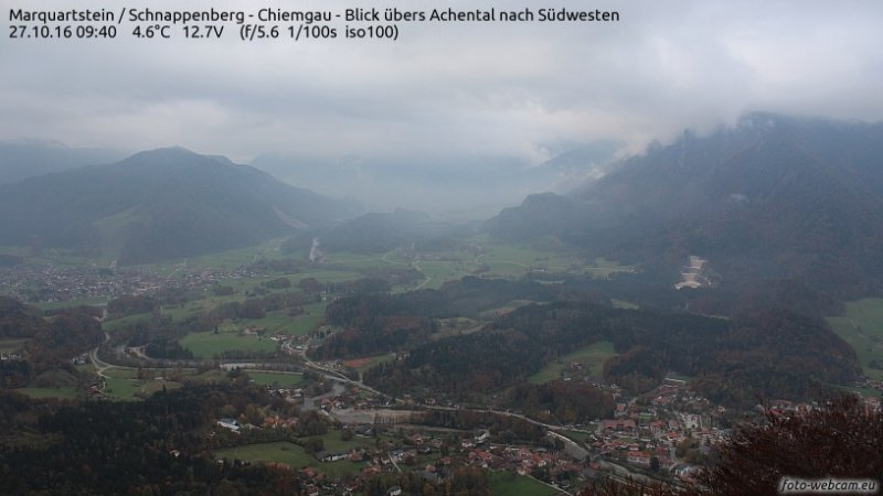In Oostenrijk is het aan de noordkant momenteel nog veelal bewolkt. Ook daar zal de zon er echter doorkomen in de loop van de dag. Bron: https://www.foto-webcam.eu/webcam/marquartstein/