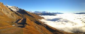 In de voor-Alpen is het ochtendgrijs nog talrijk maar daarboven schijnt de zon al! Bron: webcam anzère, http://anzere.roundshot.com/pistes/