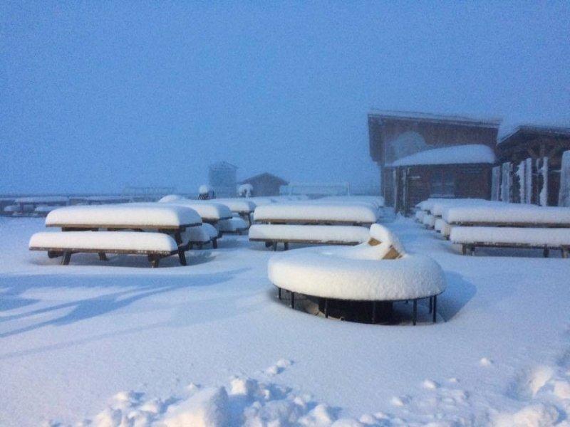 Na de sneeuwval van afgelopen dagen op relatief grote hoogte (Frankrijk boven 2800 meter) zijn de condities nu wel zeer goed op de gletsjers. Hier in Tignes kan geskied worden onder een heerlijke najaarszon. Bron: Hubert Debard