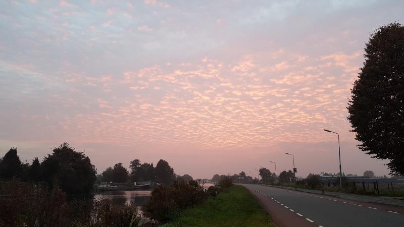 de lucht kleurde fraai gisteren kort na zonsondergang. De foto maakte ikzelf.
