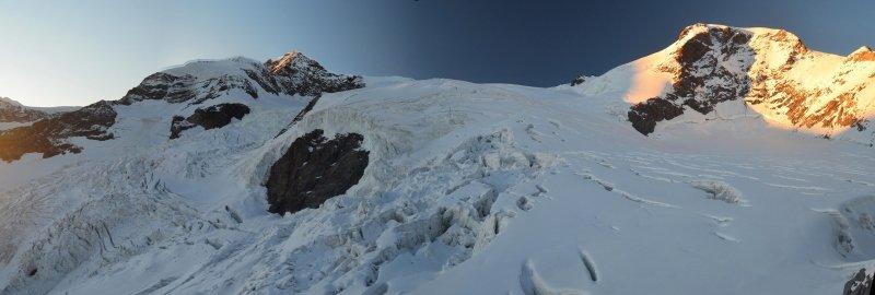 Een prachtige zonsondergang boven de ruige Garstelet gletsjer en de Vincent Pyramide
