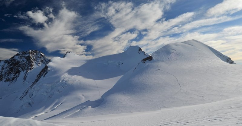 Het einddoel, de hoofdtoppen van het Monte Rosa massief: Zumsteinspitze, Dufourspitze, Signalkuppe en Parrotspitze.