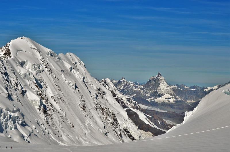 De noordwand van de Lyskamm is duizelingwekkend steil, maar overal overhangende sneeuwluifels. Daarachter de Matterhorn.