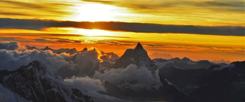De zonsondergang vanuit de Margheritahut is ongekend. De zon gaat onder achter de Matterhorn, terwijl de hemel steeds van kleur verandert.