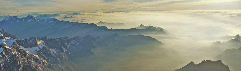 Het zicht richting Italië is van een andere orde: vochtige lucht hangt boven het Lago Maggiore, Lago di Garda en Lago di Lugano