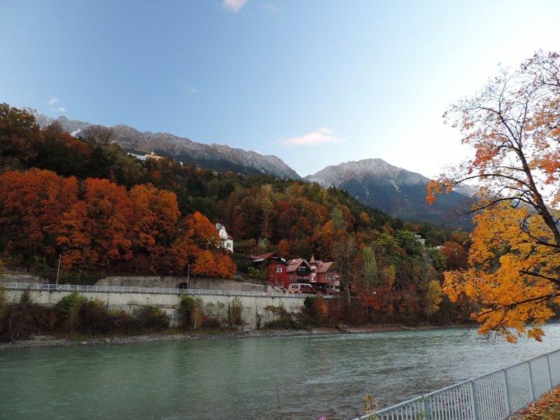 Herfstkleuren en en beetje sneeuw op de toppen in Innsbruck afgelopen donderdag.